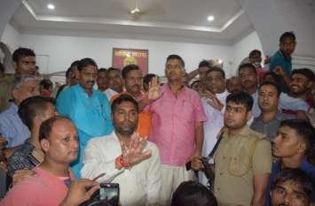 भाजपा विधायक के घर पुलिस ने दी दबिश, समर्थन में उतरे हजारों कार्यकर्ता, भाजपा नेताओं ने एसएसपी को हटाने की मांग की।