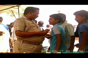बागपत-सहारनपुर के बाद अब सूबे की इस जेल का वीडियो वायरल,खुद पुलिस कर्मी कर रहे गन्दा काम