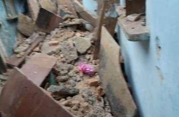 मकान ढहने से मासूम की मौत, तीन घायल
