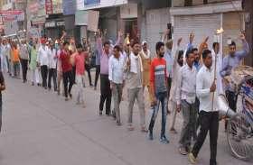 थमे  रहे रोडवेज के पहिये  : हड़ताली कर्मचारियों ने निकाला मशाल जुलूस
