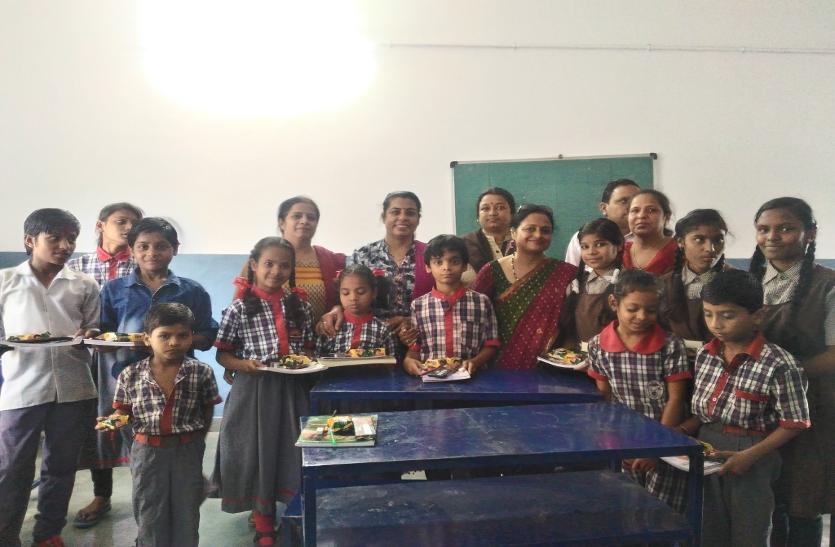 प्रसाद में पेन-पेंसिल-किताबों का चढ़वाया भोग
