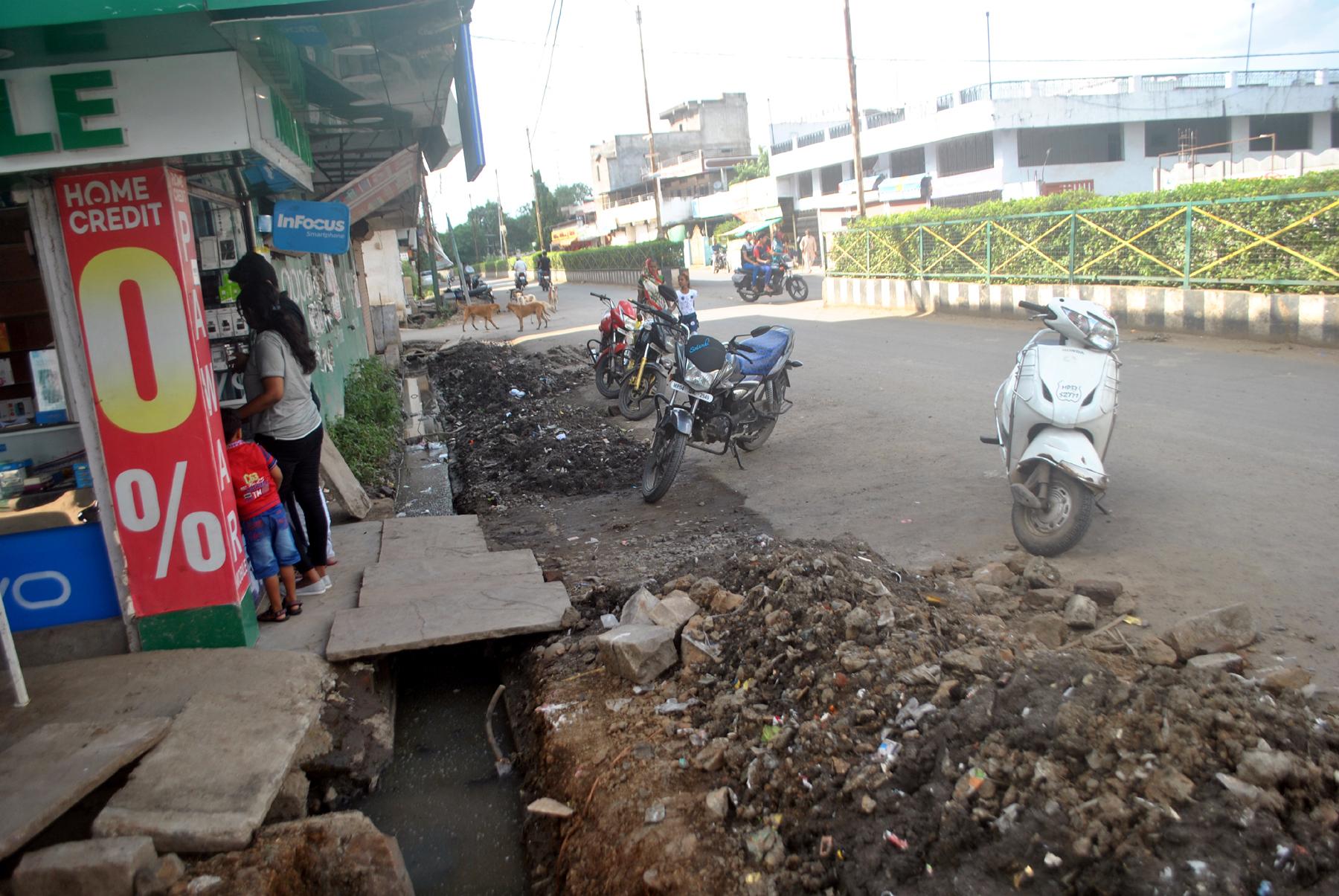 सफाई कर सड़क पर छोड़ा मलवा शिकायत के बाद भी नहीं हटाया
