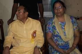 पत्नी के साथ आमरण अनशन पर बैठे बीजेपी विधायक, कहा- मर जाऊंगा लेकिन हटूंगा नहीं