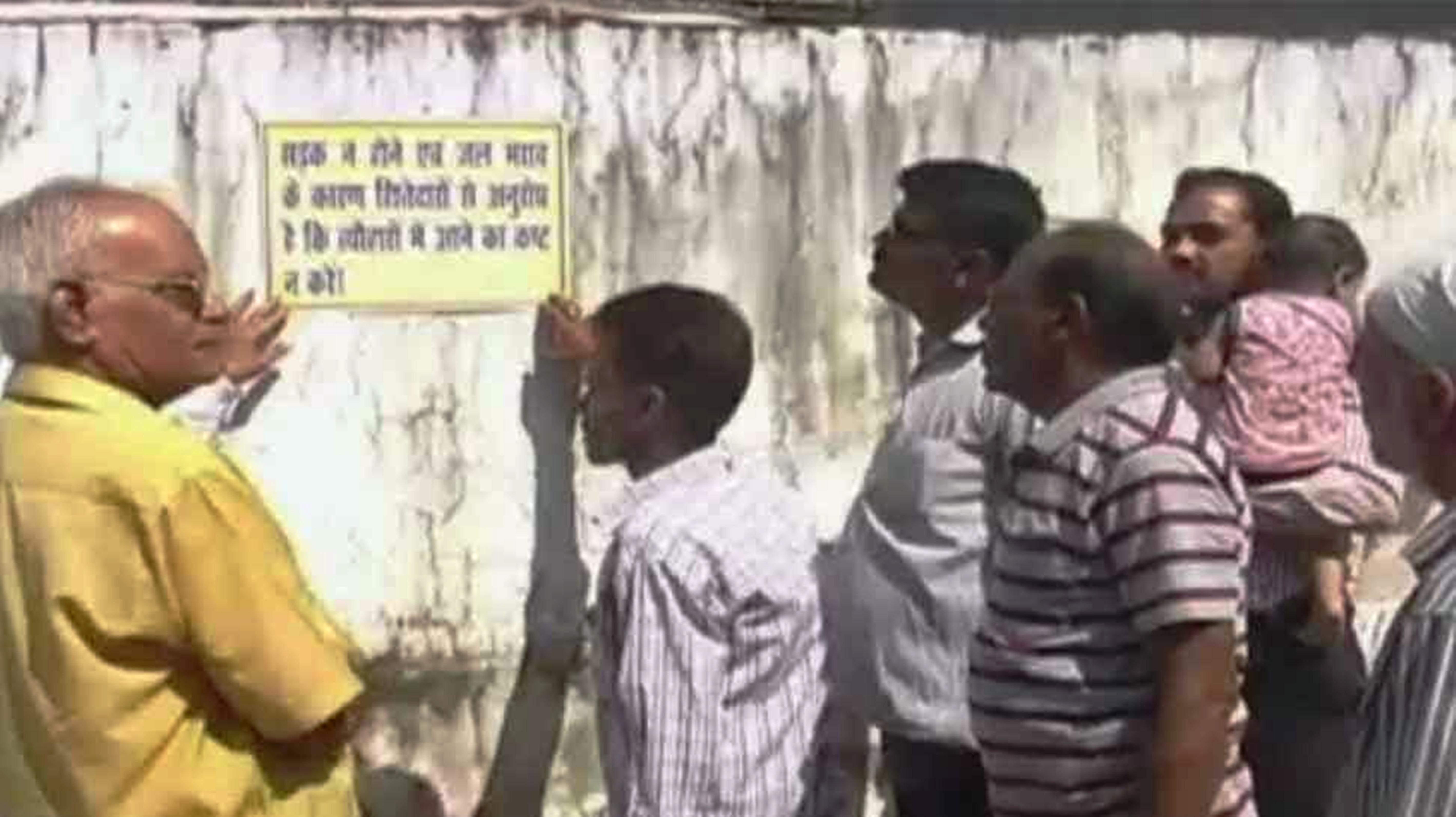 मोहल्लेवालों ने चस्पा किए पोस्टर,अतिथिगण मत आना हमारे घर