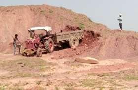 यहां मिट्टी के ढेर ले रहे लोगों की जान...पढि़ए खबर