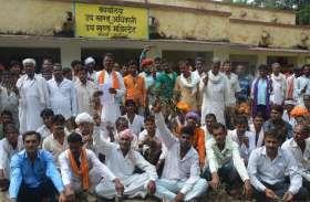 बरसात से अस्सी फीसदी फसलें हो गई खराब, किसानों ने उपखंड अधिकारी कार्यालय पर किया प्रदर्शन