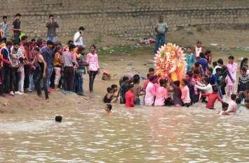 VIDEO: 'गणपति बप्पा मोरिया... अगले वर्ष तू जल्दी आ...'