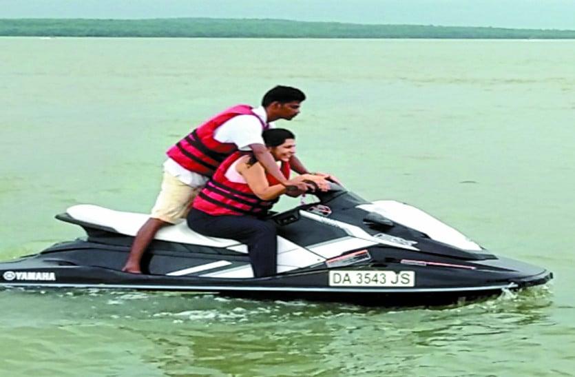 गंगरेल बांध में वाटर स्पोर्ट्स को लेकर सैलानियों में काफी उत्साह