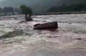 भयानक बाढ़ से यहां हुआ जनजीवन अस्त व्यस्त, पानी की तेज धार में खिलौने की तरह बही गाड़ियां