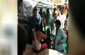 बच्ची से छेड़छाड़ के आरोपी की ग्रामीणों ने की जमकर पिटाई, देखें वीडियो