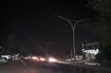 रात में नहीं उजाले में जलती है रोड लाइट्स