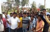 ग्रामीणों ने विद्युत दफ्तर का किया घेराव, कहा- काट दो बिजली, लालटेन से चला लेंगे काम