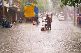 अलवर में तेज बारिश के बाद जलमग्न हुआ शहर, कई जगह फंसी बसें, लोग हुए परेशान
