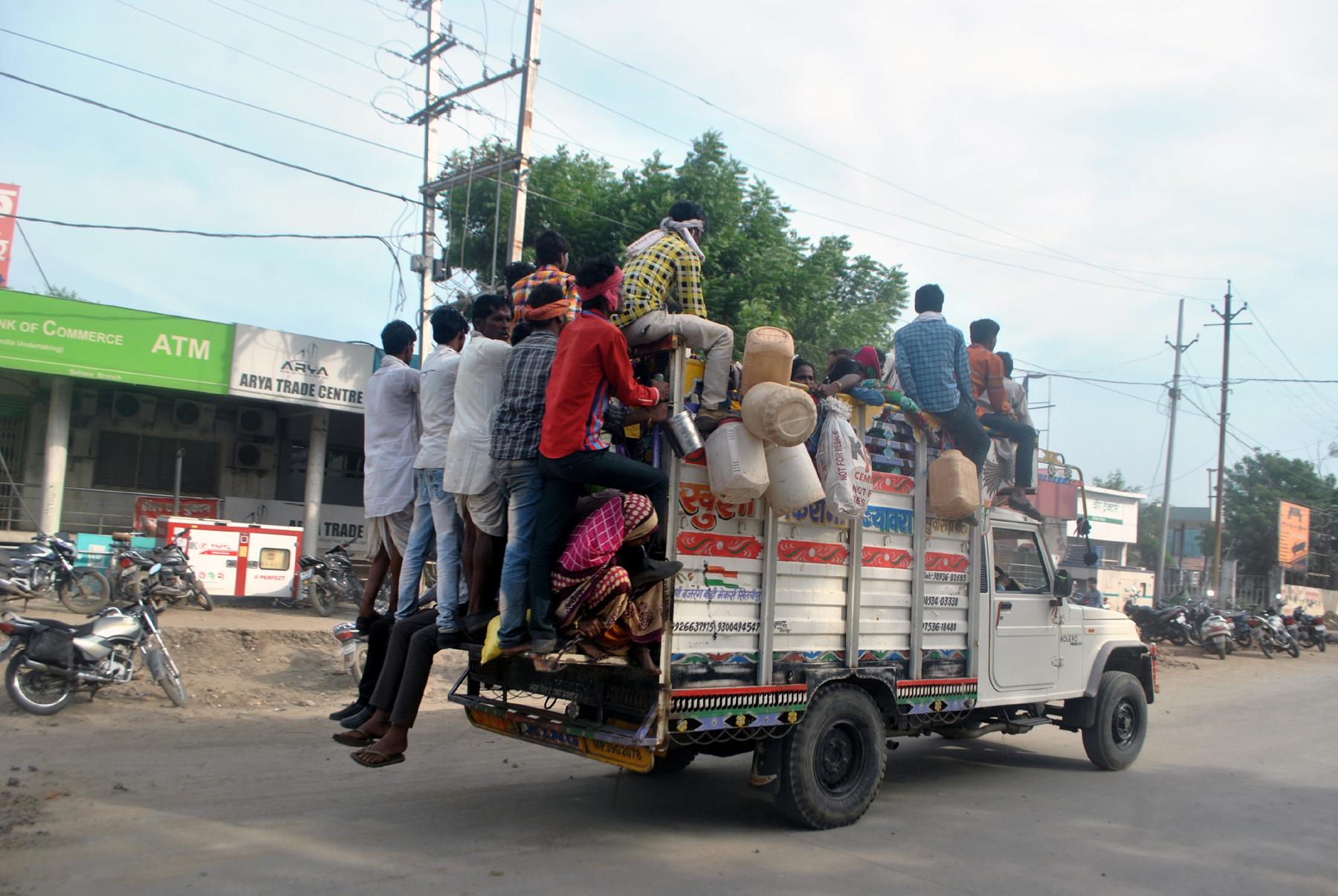 लोडिंग वाहनों से लापरवाही पूर्वक ढो रहे सवारी