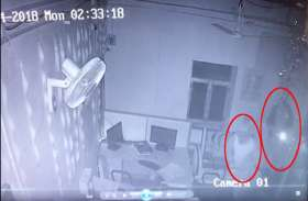 CCTV फुटेज: टोर्च लेकर बैंक में दाखिल हुए बदमाश, लॉकर तोड़ने ही जा रहे थे कि...