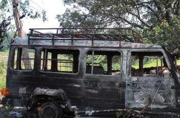 पेड से टकराया वाहन, उठने लगी आग की लपटें