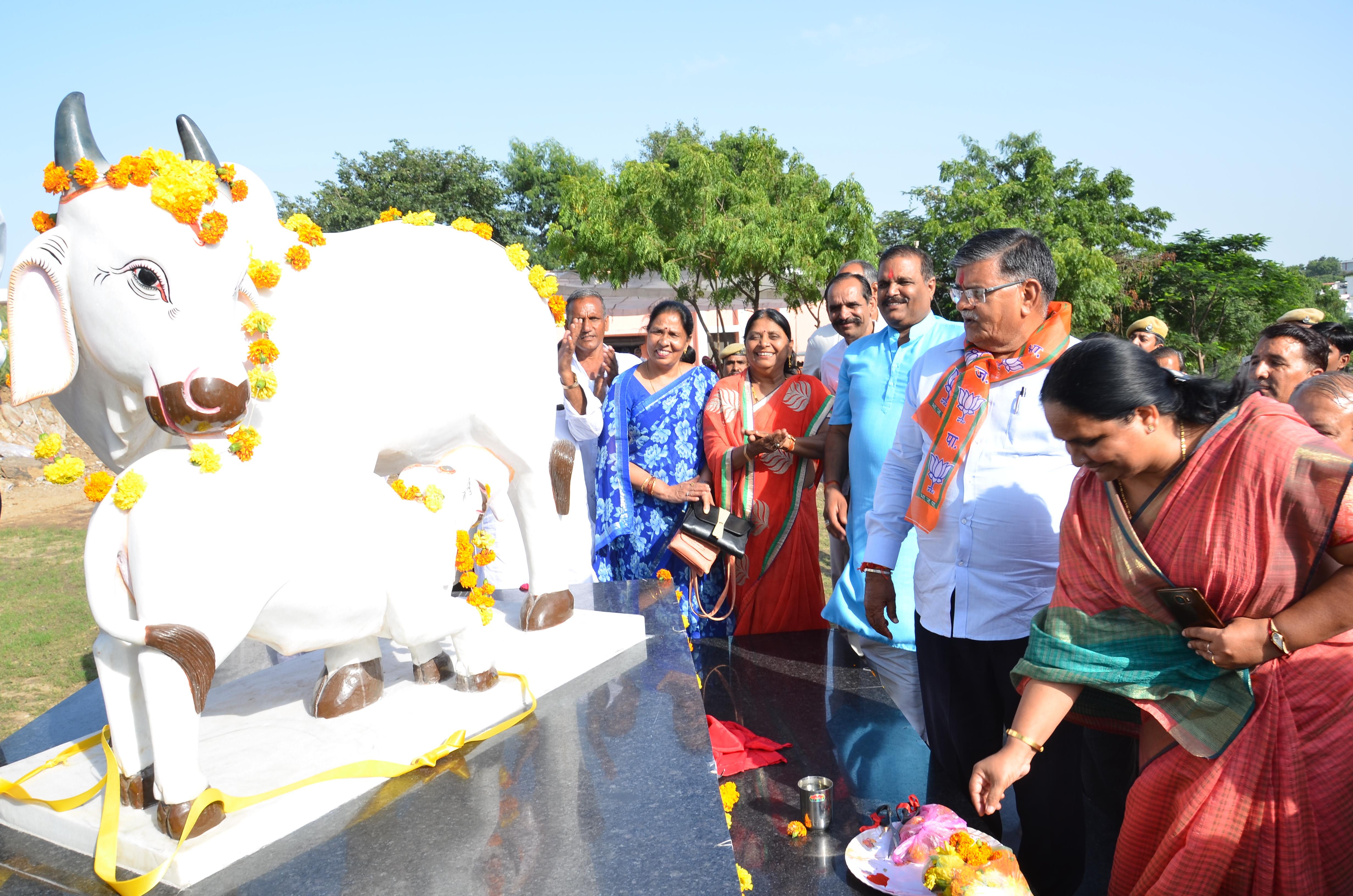 उदयपुर सरस डेयरी में गौमाता प्रतिमा का अनावरण,  डेयरी संघ का अनूठा  प्रयास