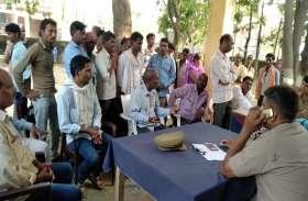 प्रधान पर हमला, आरोपियों की गिरफ्तारी के लिये ग्रामीणों ने घेरा थाना