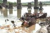PICS : दुर्दशा की हालत में नदी में पड़ी रही मूर्तियां