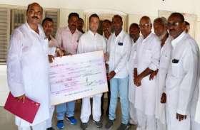 केरल बाढ़ पीड़ितों की मदद के लिए अमेठी वालों ने राहुल गांधी को दिया 2.57 लाख का चेक