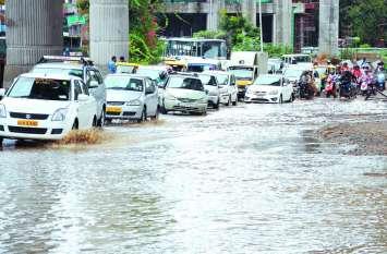 भारी बारिश से बेंगलूरु के कई इलाके जलमग्न