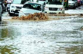 बेंगलूरु में सड़कों पर लगा पानी, चलना भी हुआ दूभर