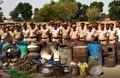 हथकड़ शराब माफियाओं पर पुलिस की बड़ी कार्रवाई,  घरों से अवैध शराब जब्त