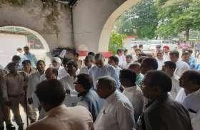 भूपेश बघेल से मिलने सेंट्रल जेल पहुंचे नेता प्रतिपक्ष टी.एस सिंहदेव, जेल सत्याग्रह का किया समर्थन