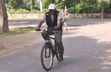 फिट रहने के लिए एसपी चलाते हैं साइकिल