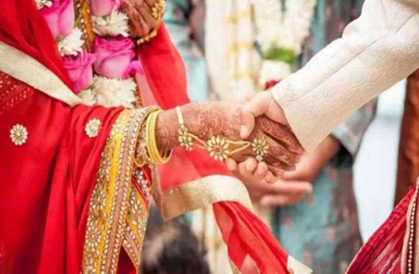 पांच सौ रुपए का कर्ज नहीं चुका सका तो दोस्त की पत्नी से कर ली शादी, अब धरने पर बैठा पति