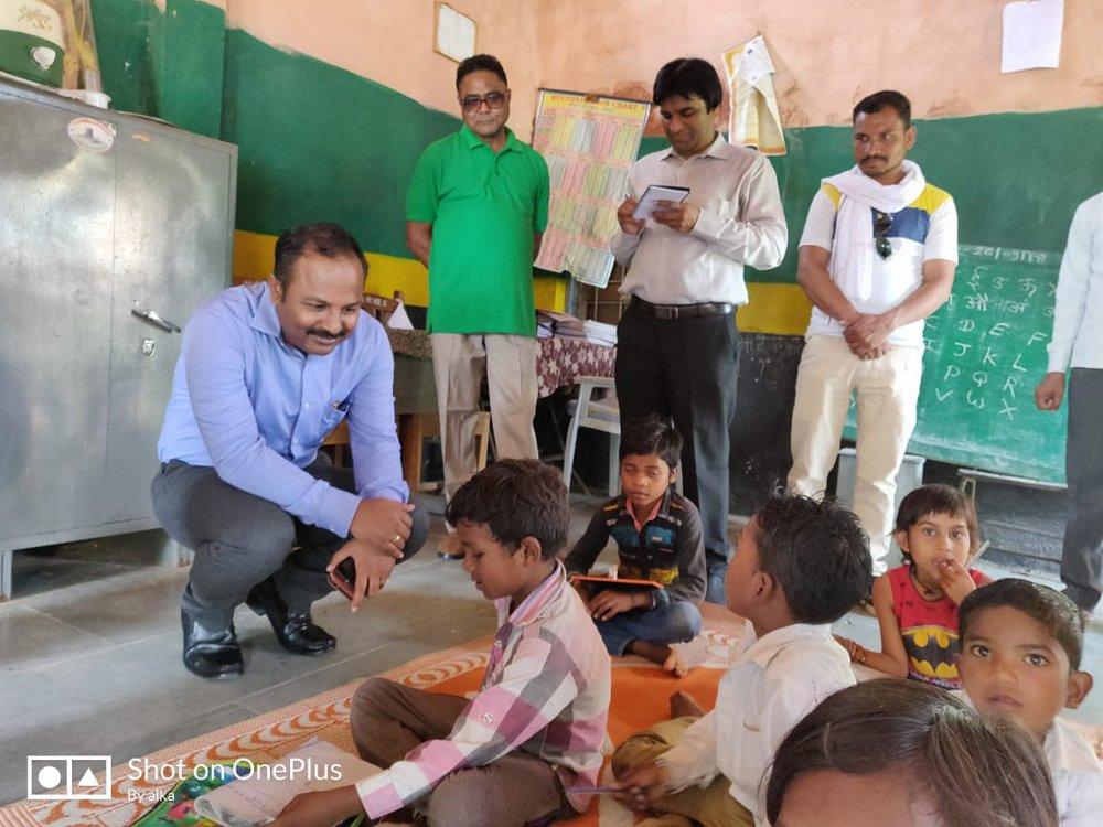 छात्र के आग्रह पर आलमपुर स्कूल में पहुंचे कलेक्टर