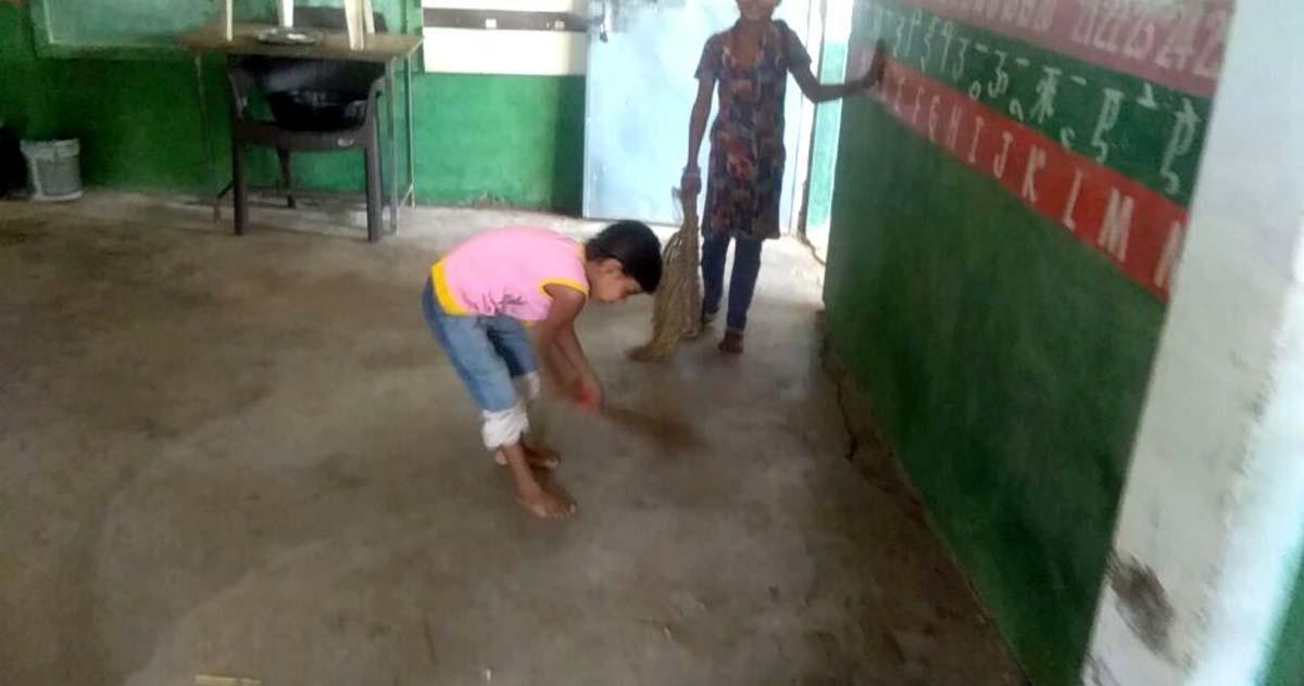 कहीं विद्यालय में झाडू लगा रहे तो कहीं खेत में सोयाबीन काटने जा रहे विद्यार्थी