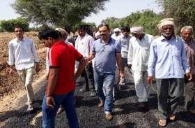 राजस्थान के इस गांव में सड़क निर्माण पर यूं लगे ब्रेक,  घटिया सामग्री से उपजा आक्रोश