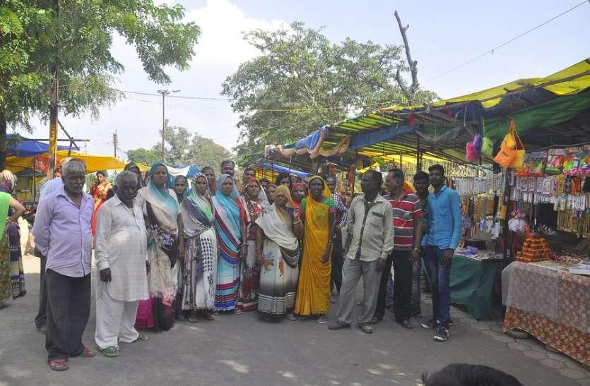 दुकानदार बोले- नवरात्रि पर लगने वाले मेले के समय ही हमें क्यों हटाया जाता है?