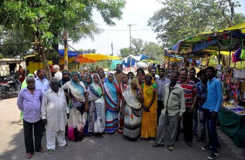 बिजासन माता के दुकानदारों का विरोध