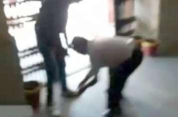 ABVP के छात्र नेताओं ने प्रोफेसर को कहा देशद्रोही , प्रोफेसर ने छात्र नेताओं के पैर पकड़कर मांगी माफी