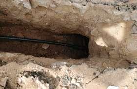 भूमिगत केबल बिछाने में नियमों की अनदेखी, छह के स्थान पर तीन फीट गहरा खोद रहे गड्ढा