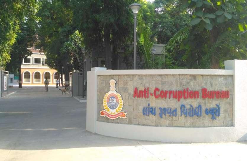 दलित छात्रों को छात्रवृत्ति के लिए रिश्वत लेते प्राचार्य गिरफ्तार