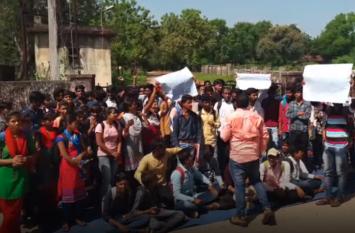 राजस्थान के इस जिले में छात्रों का सड़क पर उतरा गुस्सा, रोड़ जाम कर किया विरोध-प्रदर्शन
