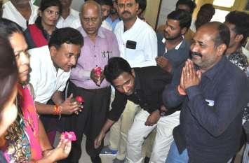 प्राध्यापक द्वारा एबीवीपी  कार्यकर्ताओ के पैर छूने पर  कांग्रेस ने क्यों  मांगी माफ़ी