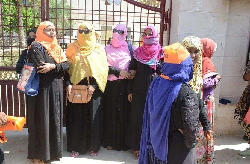 photo : सीएम का स्वागत करने पहुुंची काला बुर्काधारी मुस्लिम महिलाओं को लौटाया
