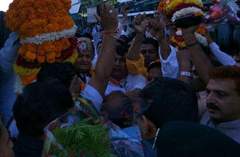 VIDEO : मारवाड़ के बाद मेवाड़ में बस में चढ़े कांग्रेस के बड़े नेता