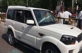 पानी के लिए बुजुर्ग टंकी पर चढ़ा, उग्र ग्रामीणों ने विधायक की गाड़ी के कांच फोड़े