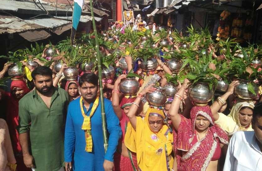 गाजे-बाजे से निकली कलश यात्रा, मदनमोहनजी में कथा शुरू