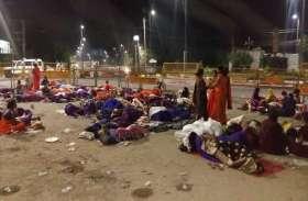 अपनी मांगों को लेकर सरकार के खिलाफ रात भर सड़क पर बैठी आशा कार्यकर्ताओं पर टूटी बड़ी आफत