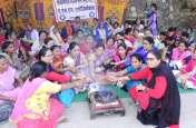 गांव-गांव लोगों का इलाज करने वाली महिलाओं ने सरकार का यूं किया उपचार...पढि़ए खबर
