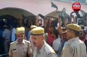 एससी-एसटी एक्ट का विरोध कर रहे लोगों ने सांसद मनोज राजोरिया को दिखाए काले झंडे