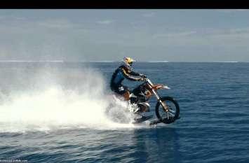 इस ट्रिक से कोई भी पानी पर चला सकते हैं बाइक, यकीन नहीं आता तो पढें ये खबर