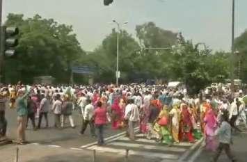 दिल्ली: सफाई कर्मचारियों का सीएम हाउस के बाहर प्रदर्शन, 23 दिनों से जारी है हड़ताल