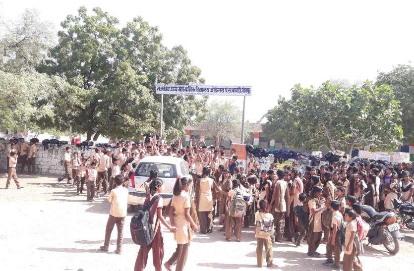 शिक्षकों की कमी से नाराज ग्रामीणों ने विद्यालय के लगा दिया ताला